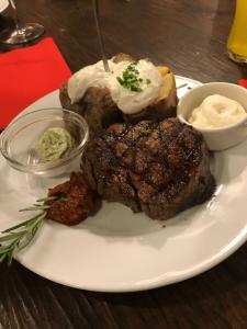 Steak mit Ofenkartoffel und Kräuterbutter