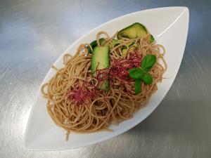 Vollkornprodukte - Rezept für Zucchini-Nudeln mit Mandelsoße
