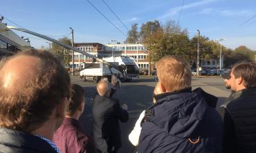 Führung: Neue Mitarbeiter vor O-Bus.