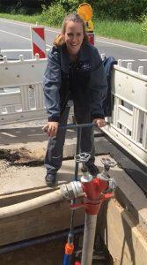 Anlagenmechanikerin M. Rohde am Wasserhydrant