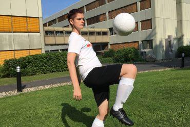 Lisa Nohl mit Fußball