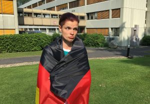 Lisa Nohl - traurig mit Deutschlandfahne