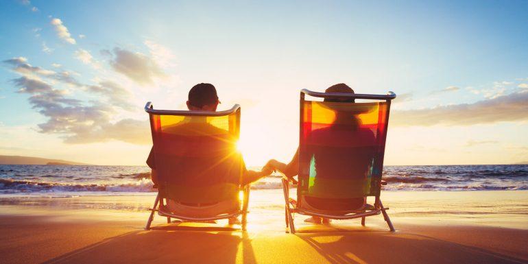 Urlaub: Liegestühle am Strand mit Meer und Sonne