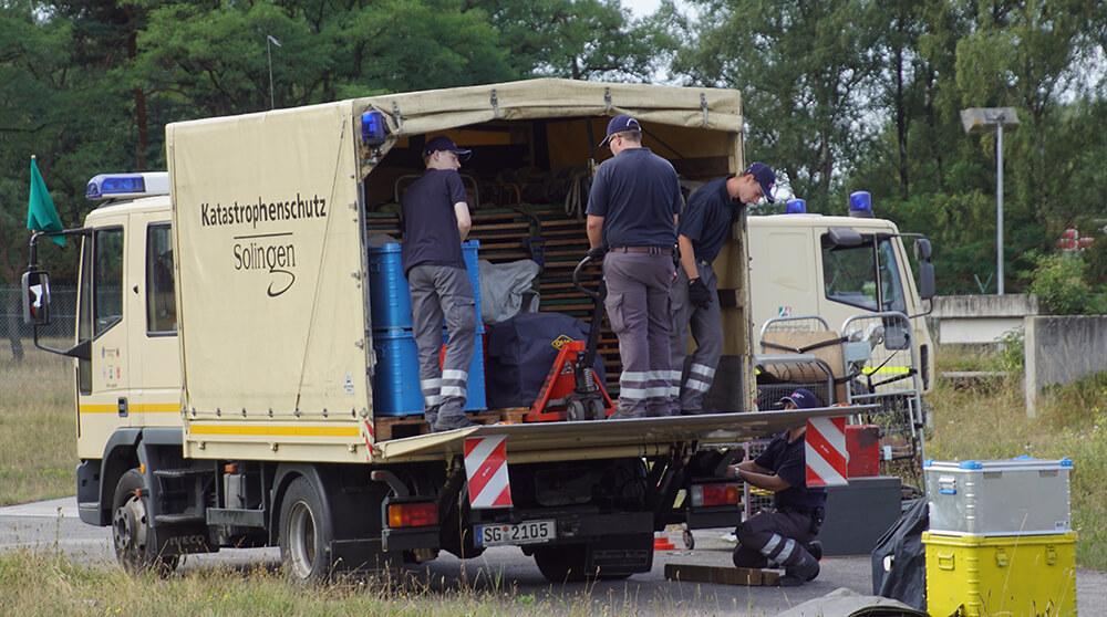 DRK Solingen - Katastrophenschutz - Entladen eines LKWs