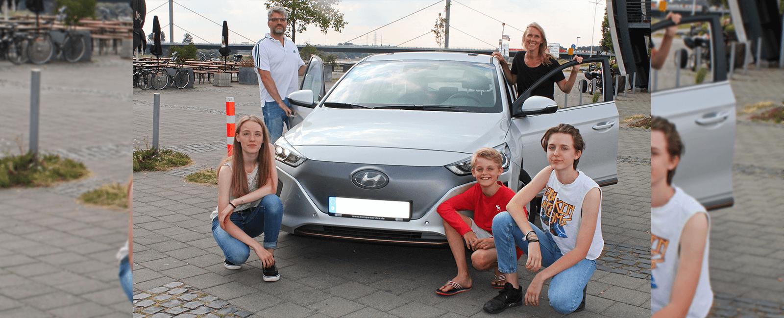 """Familie Waasem aus Solingen mit E-Auto """"Hyundai Ioniq"""""""