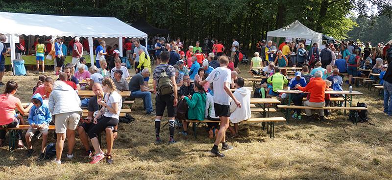 Sengbach-Talsperrenlauf: Läuefer warten auf Siegerehrung