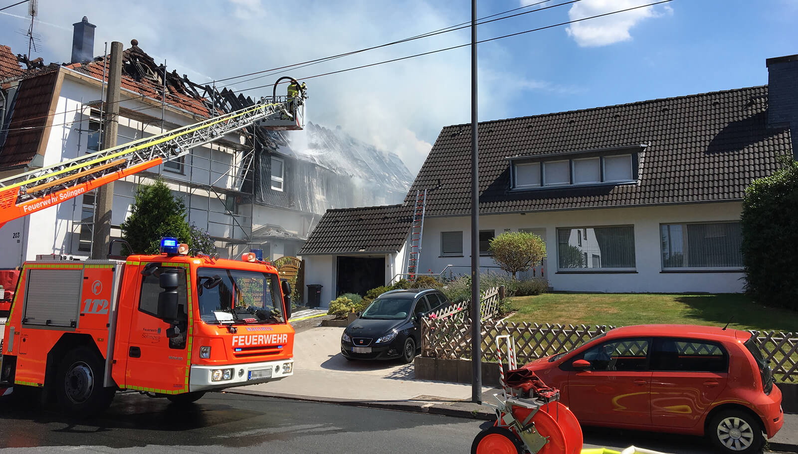 Dachbrand eines Hauses mit Solar-Anlagen in Solingen