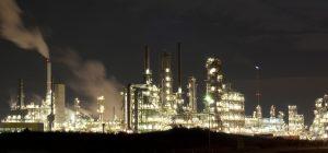 Chemieindustrie-Anlage bei Nacht