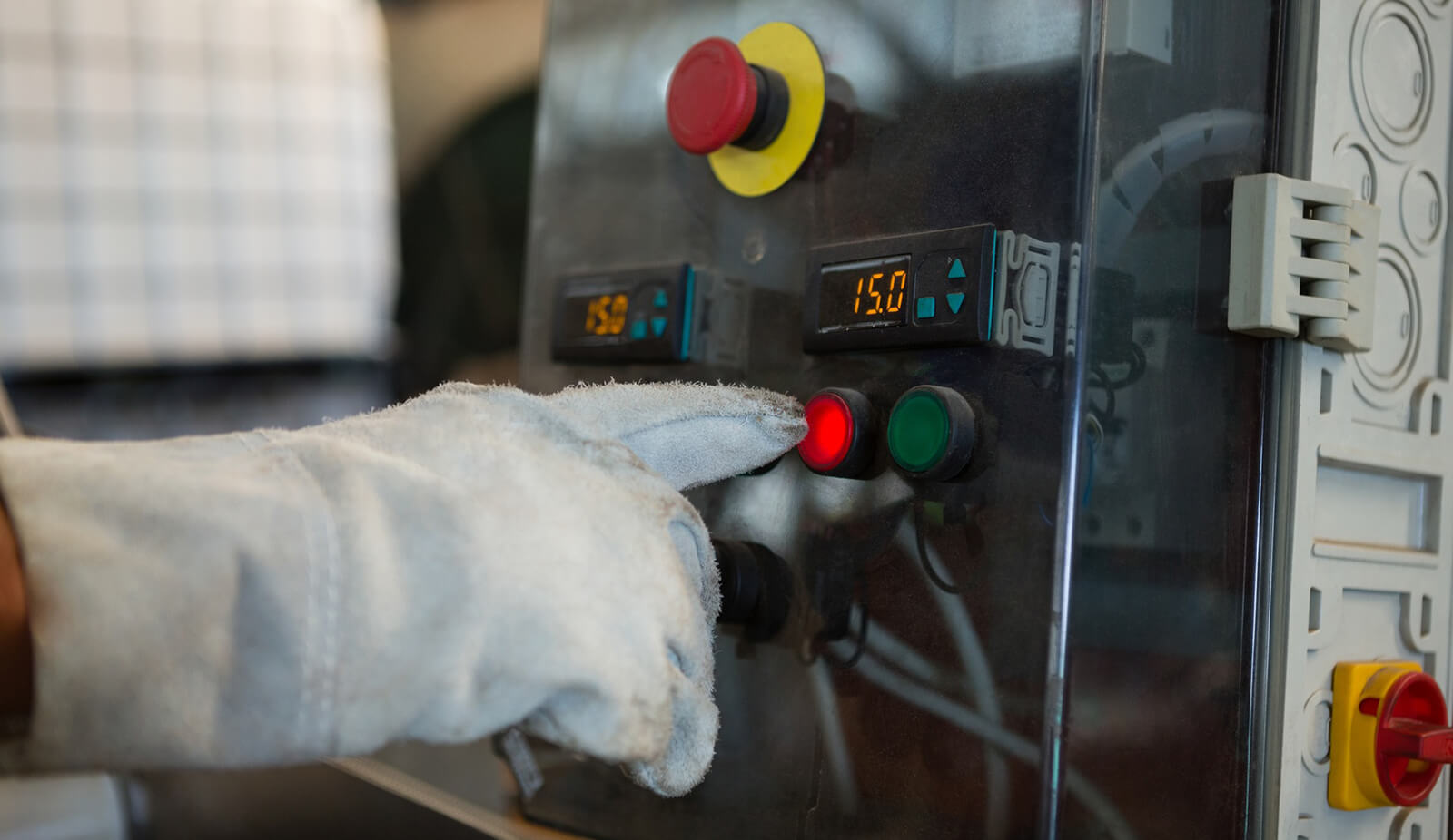 Hand drückt elektrtrischen Schalter