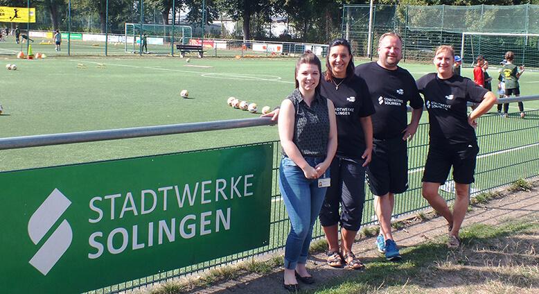 Lucia Greco mit Trainern vom VFB Solingen Fußballcamp 2018