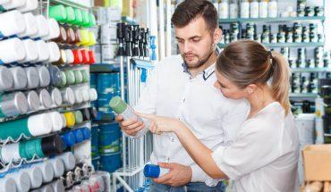 Pärchen kauft Spraydose im Geschäft.