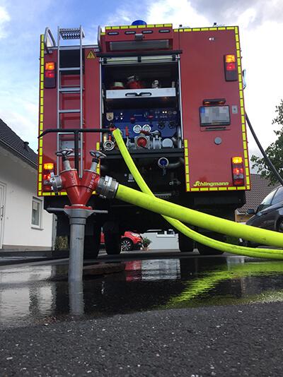 Fahrzeug der Freiwilligen Feuerwehr Solinen mit Pumpe und Schläuchen