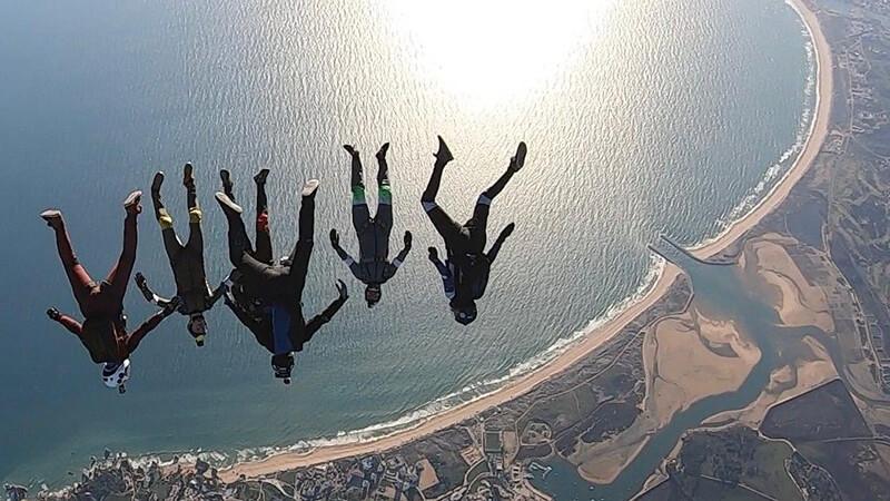 Fallschirmspringen: Sechs Springer am Meer
