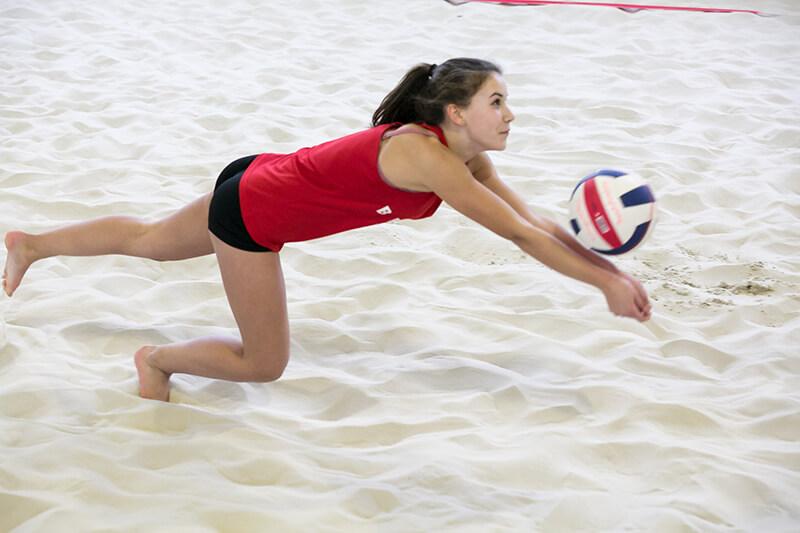 SolingenVolleys: Mädchen baggert Volleyball