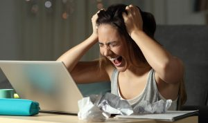 Verzweifelte Studentin am Laptop