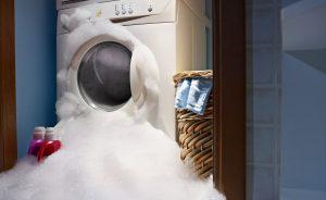 Defekte Waschmaschine mit Schaum