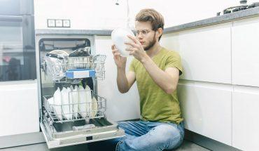 Mann vor Spülmaschine