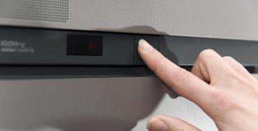 Hand schaltet elektrisches Gerät aus