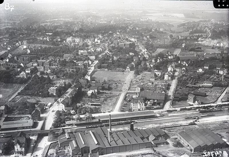 Luftbild vom Walder Bahnhof an der Gleisstrecke der heutigen Korkenziehertrasse (1926)
