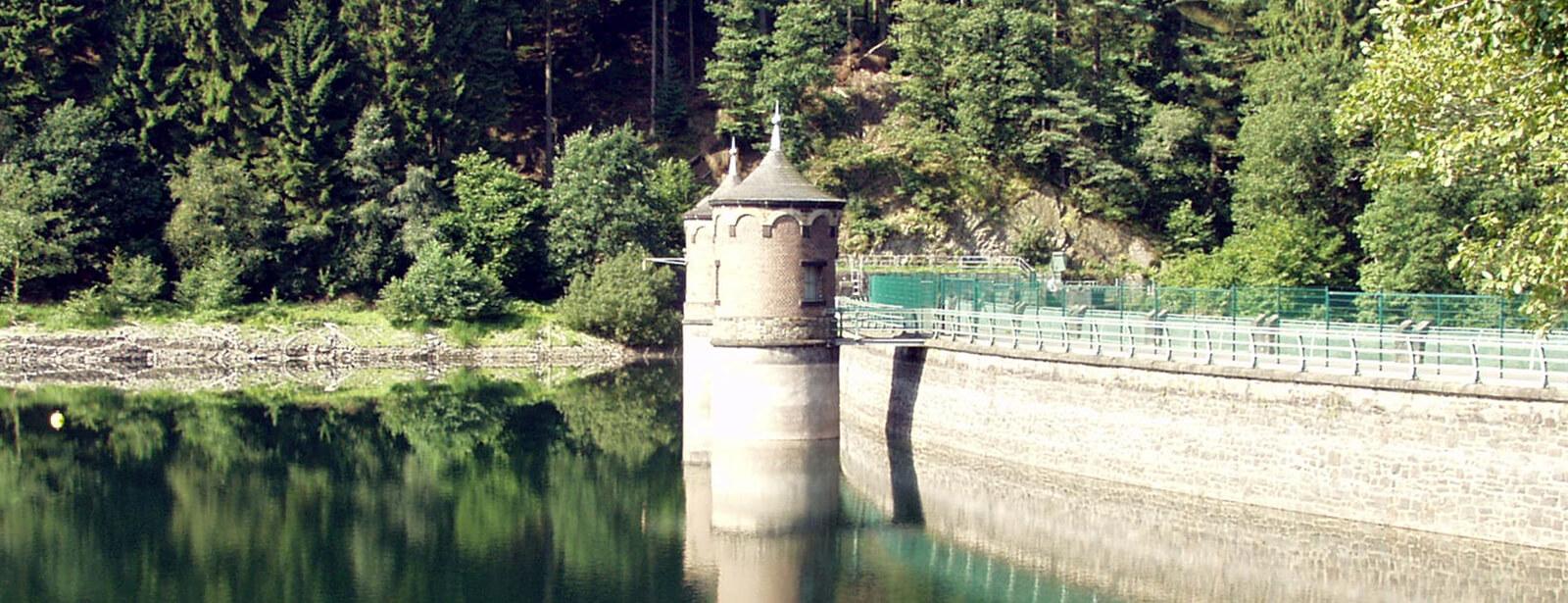 Sengbachtalsperre mit Türmen, Staumauer und Staubecken