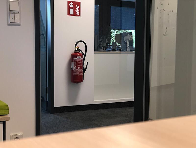 Feuerlöscher an Wand im Büroflur