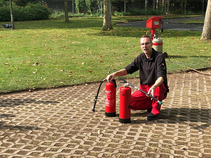 Marco Cleff, FBS aus Solingen, mit Feuerlöschern
