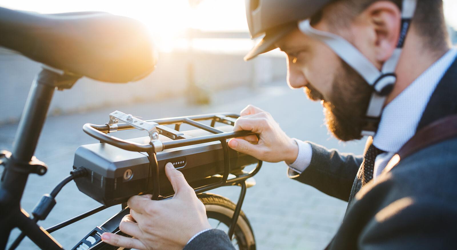 Geschäftsmann mit E-Bike