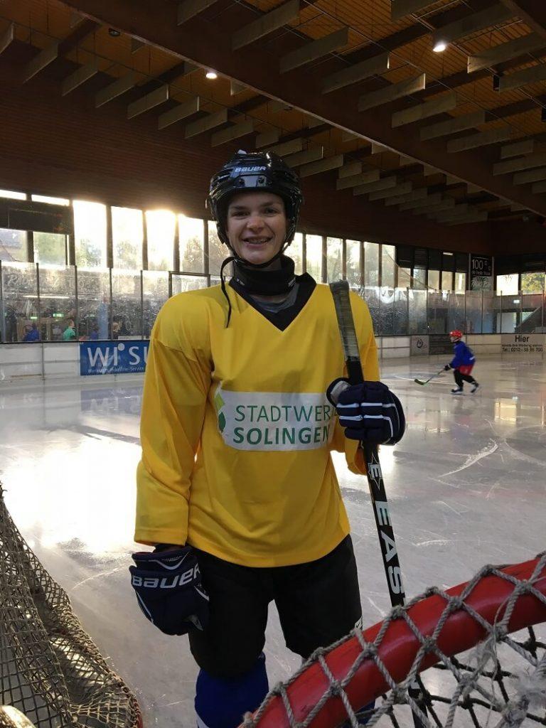 Lisa auf Eisfläche in der Eissporthalle Solingen