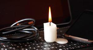 Stromausfall - Kerze auf Laptop