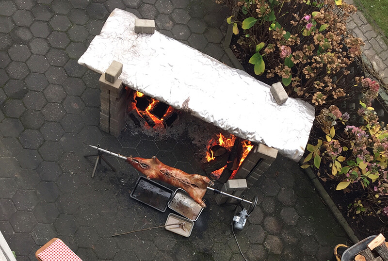 Spanferkel am Feuer