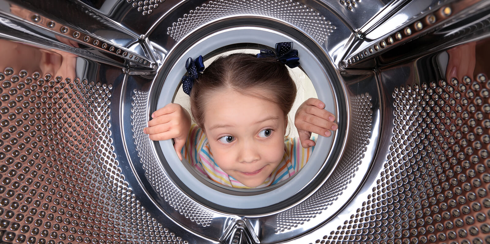 Kinderkopf in Waschmaschinentrommel