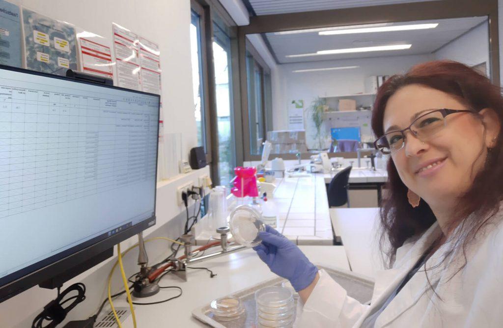 Das Selfie zeigt Labormitarbeiterin Thea Tarlarini bei der Auswertung von mikrobiologischen Trinkwasserproben