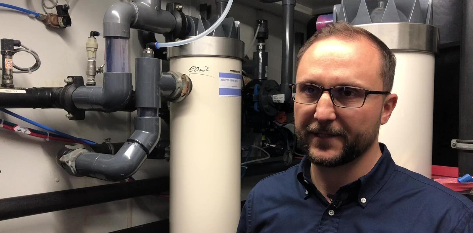 Andreas Mokros vor Ultrafiltrationsanlage im Wasserwerk Glüder