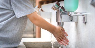 Hände waschen unter Wasserkran
