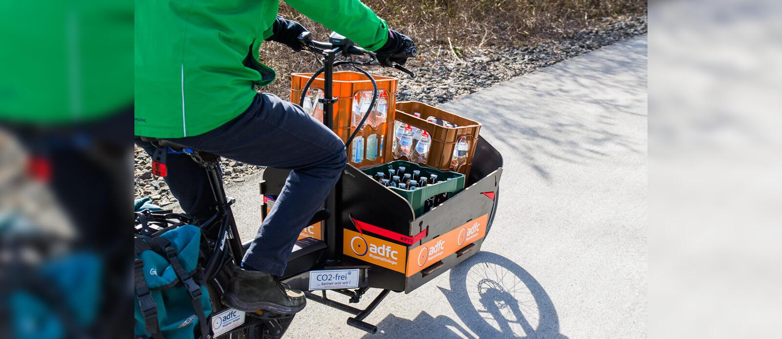 E-Lastenbike mit Getränkekisten.