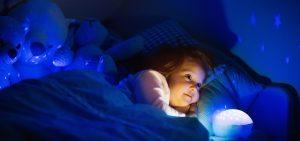 Kind im Bett mit Nachtlicht