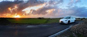 E-Auto Tesla Model 3 auf Deich