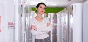weiße Ware Frau Kühlschränke