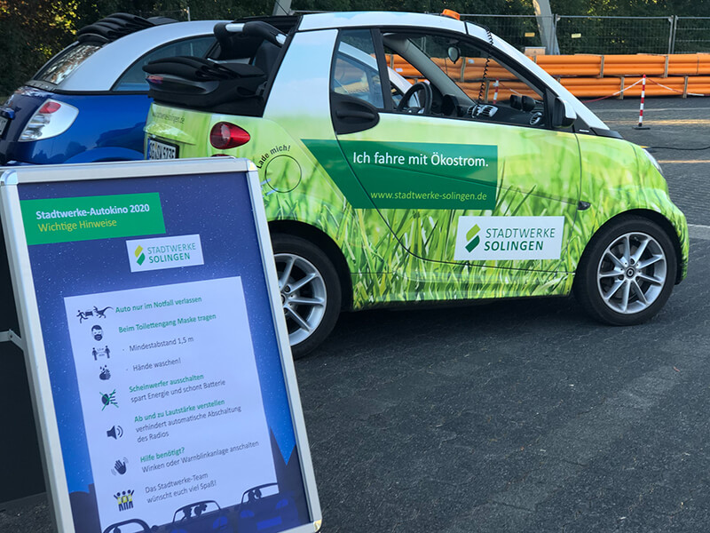 Stadtwerke-Autokino 2020 - Kundenstopper vor E-Auto Smart
