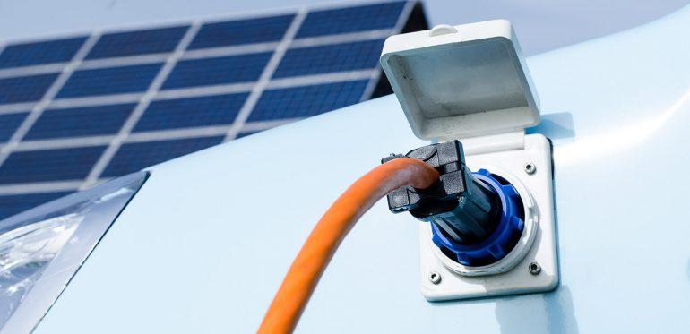 E-Auto wird mit Strom aus Solaranlage geladen