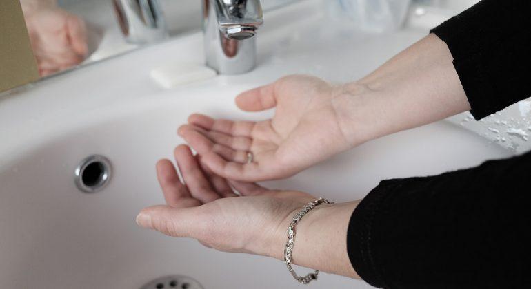 Hände unter Wasserkran